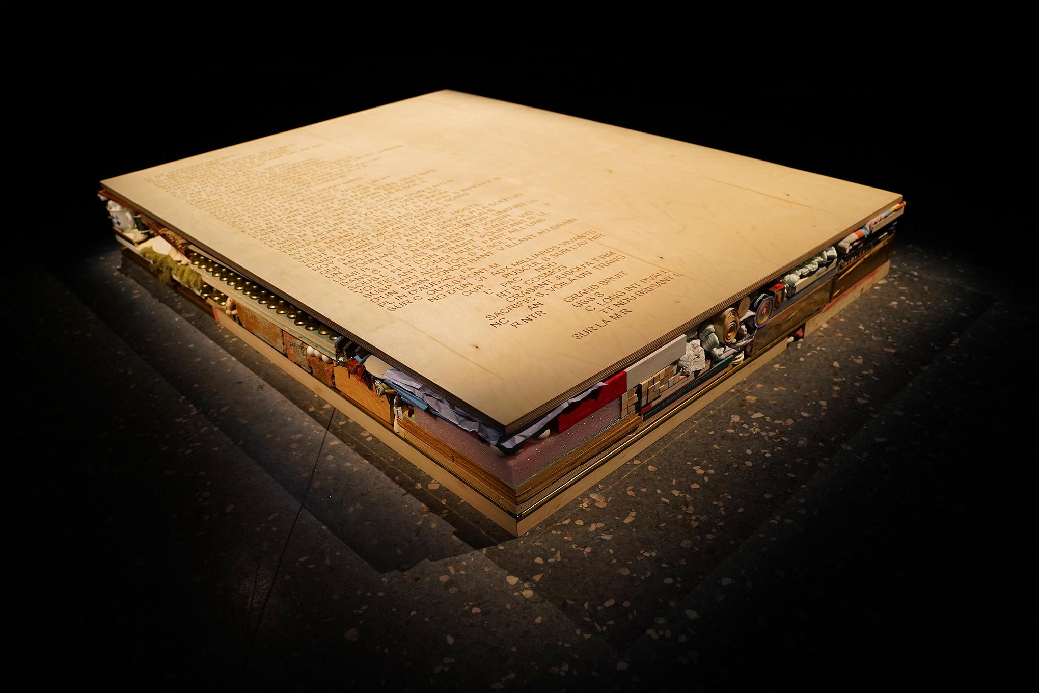 Magali Baribeau-Marchand, Te porter, 2021, contreplaqué de merisier russe gravé et objets divers, 122 x 165 x 25 cm. Crédit photo: Magali Baribeau-Marchand.